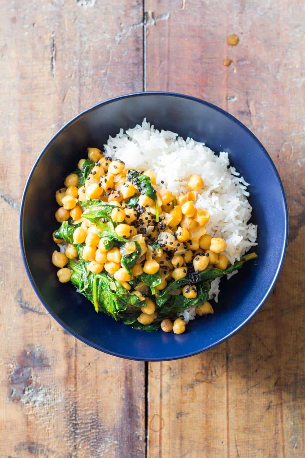 A (vegan) Chickpea Spinach Curry made in 20 minutes from start to finish. Who says eating healthy requires a lot of time and effort?