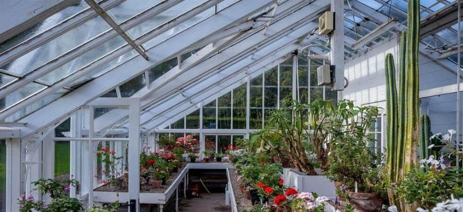 how to heat a greenhouse for free