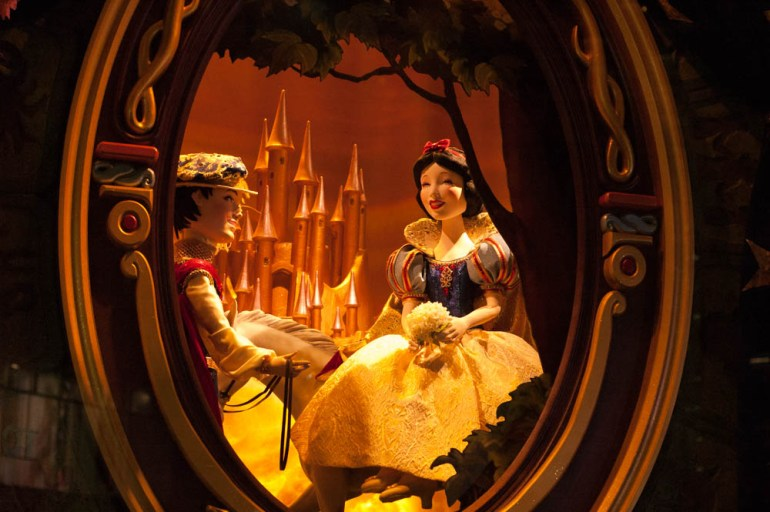 Snow White Window Display Saks Fifth Avenue Disney