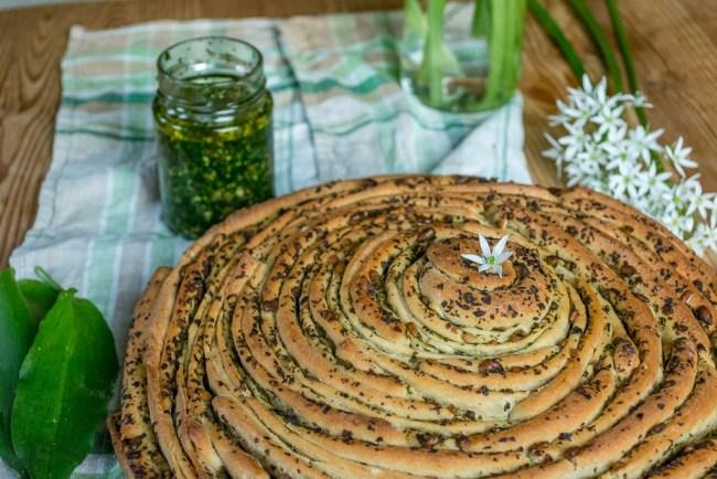 Bärlauchbrot mit Dinkelmehl und Pesto Rezept vegan Bärlauchblüte