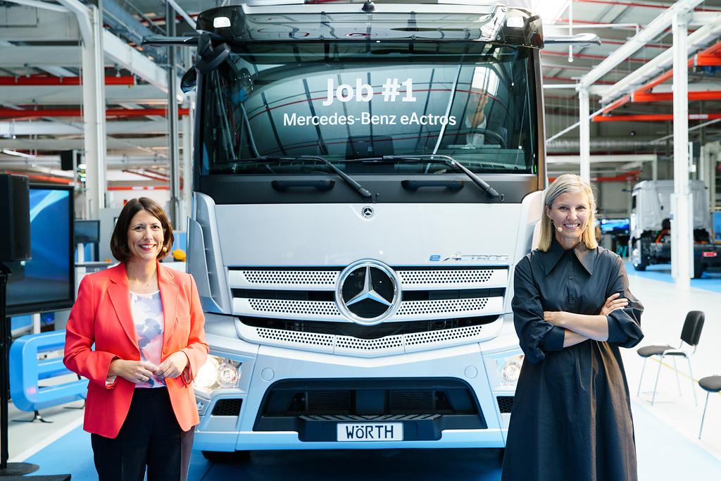 Daimler-Truck-Vorständin Karin Rådström (l.) und die rheinland-pfälzische Wirtschaftministerin Daniela Schmitt beim Startschuss für die Serienproduktion des eActros