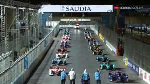 """Старт Чемпионата мира электрических гонок Formula E в пригороде Эр-Рияда, практически под """"фейерверк"""" работ систем ПВО"""