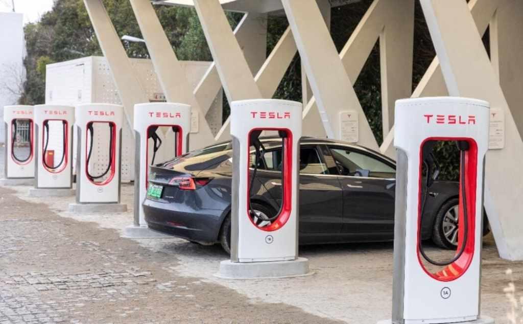 Новая станция быстрой зарядки Tesla V3Supercharger в Пиндиншане (пров.Хэнань, Китай)