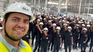 Генеральный директор Ола Бхавиш Аггарвал с женским персоналом на новом заводе компании по производству электросамокатов