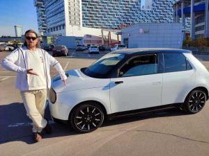 Первая электрическая Honda E приехала в Москву