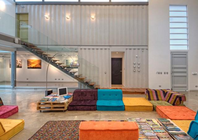 Sala de pé direito duplo. Como é composta por containers, a Casa Incubo possui um aspecto industrial, que é amenizado pelo seu interior aconchegante. (Fonte: Archdaily).