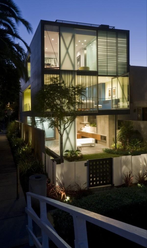 """O volume que abriga o programa da residência fica apoiado na """"varanda"""" do térreo, com salas e cozinha integrada. (Fonte: Architect's List)."""