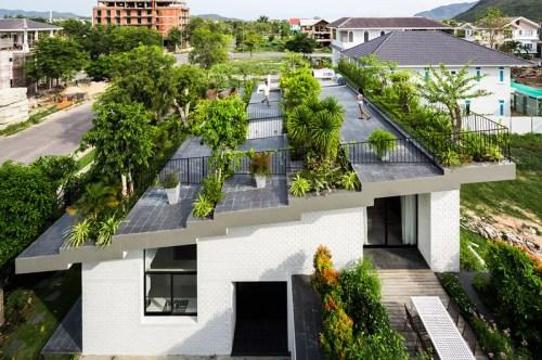 As lajes antes subutilizadas hoje são novos planos de lazer e de áreas verdes. Esta residência no Vietnam aumentou seu jardim consideravelmente fazendo do seu telhado verde um local habitado. (Fonte: Contemporist).