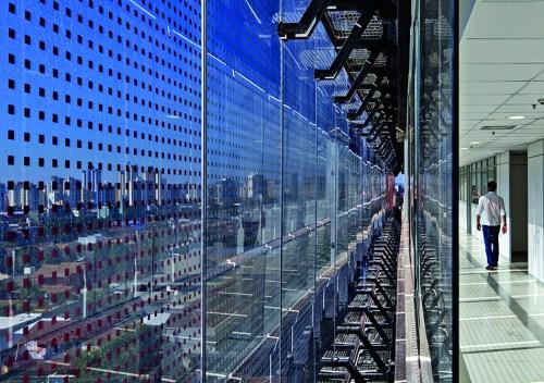 Fachada dupla com aplicação de películas especiais, no Tribunal Regional do Trabalho de Goiânia. Projeto por Corsi Hirano Arquitetos + R. Nishimura. (Fonte: Arcoweb).