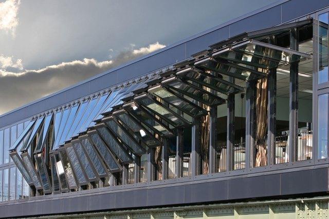 Sistemas inteligentes de fachada cinética do Café-Restaurante Open, em Amsterdã. Com módulos ajustáveis, a fachada pode se adaptar às variações climáticas e posição do sol. Projeto por Cie. (Fonte: Cie).