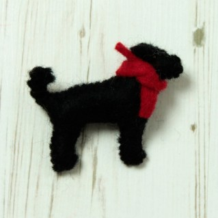 http://www.greentulip.co.uk/fashion-accessories/brooches-and-keyrings/black-labrador-felt-brooch.html