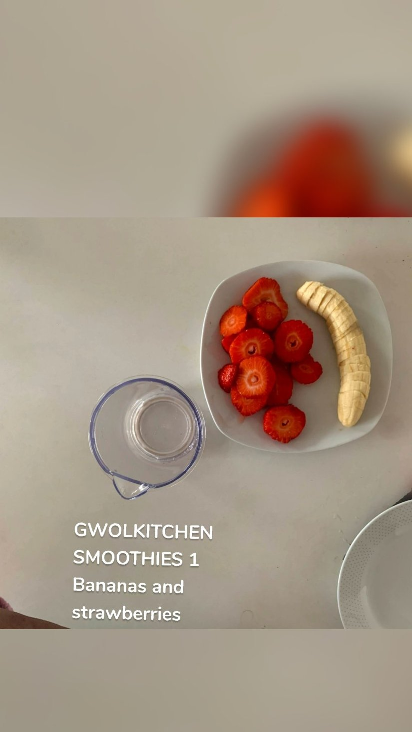 GWOLKITCHEN SMOOTHIES 1 Bananas and strawberries
