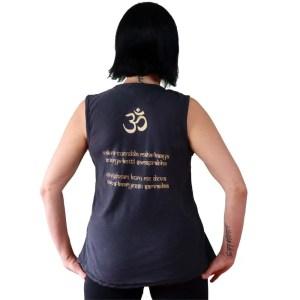 mantra en espalda de camiseta ganesha sin mangas