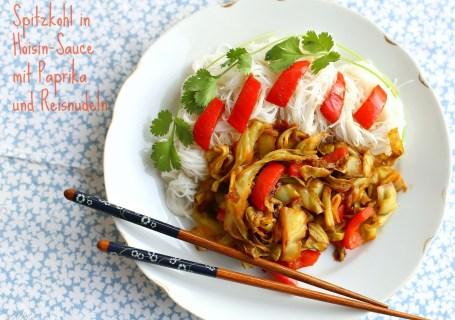 Spitzkohl in Hoisin-Sauce mit Paprika und Reisnudeln
