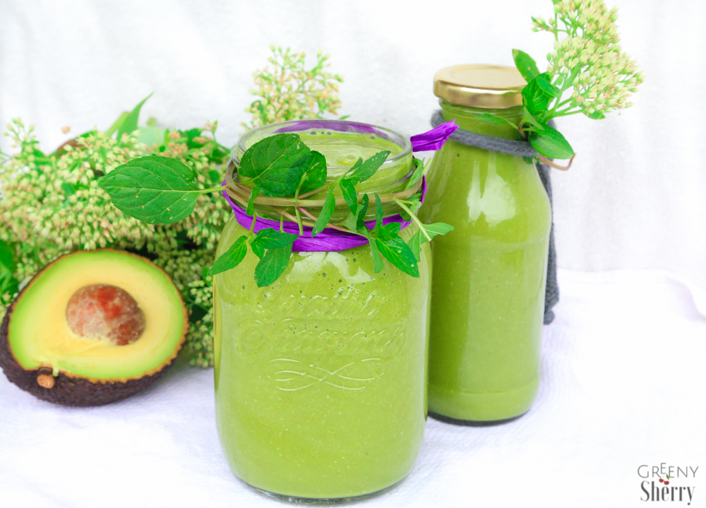 Cremiger Superfood Avocado Smoothie mit grüner Minze (vegan) www.greenysherry.com