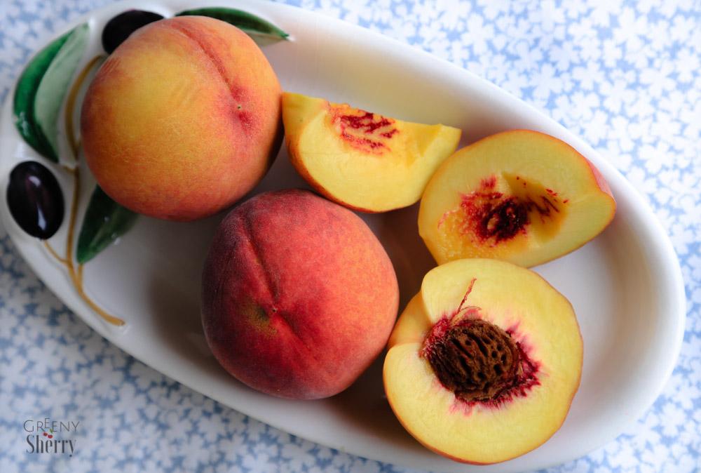 Einfacher Porridge Auflauf mit gebackenem Pfirsich