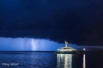Monte Argentario au port Santo Stéfano. Le yacht du designer Valentino sous l'orage.