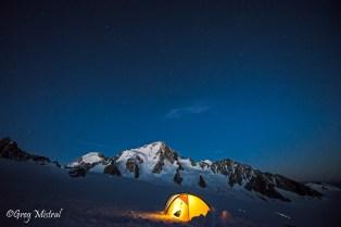 Le réveil en pleine montagne. Moment magique. Déjà pas mal de petite lampe frontale sur le glacier.