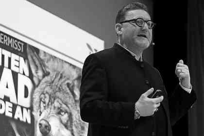 Gregor Beyer im Vortrag zum Wolf