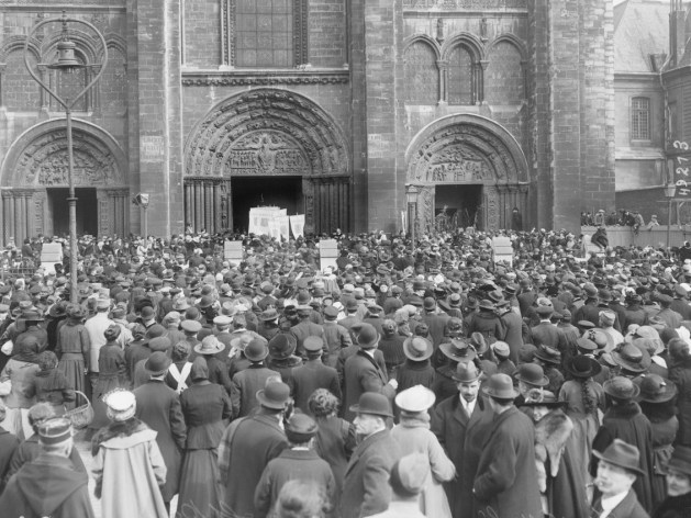 📸Photo 7/10: Cérémonie religieuse devant la basilique Saint-Denis, 22 avril 1917.
