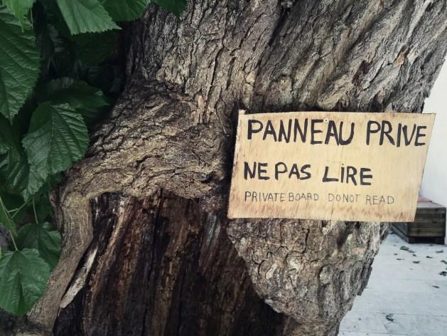 villecroze-var-france-panneau-ne-pas-lire-humour-affiche-bois-