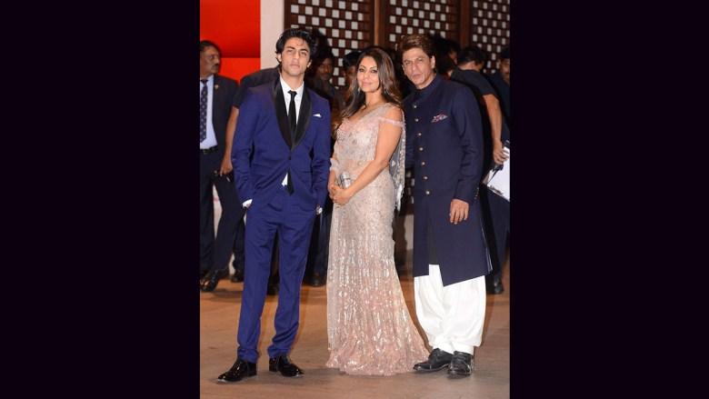 aryan khan with shahrukh and gauri