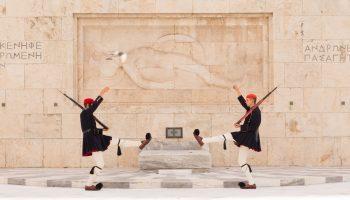 Vaktavlösning vid Den okände soldatens grav i Aten.