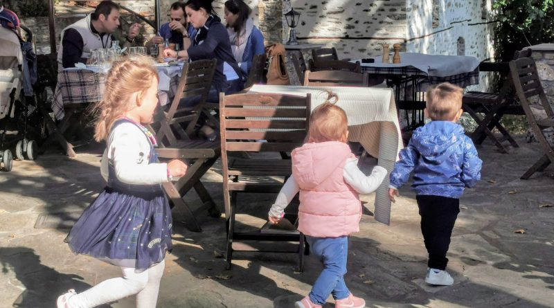 Tre barn leker i Makrinitsa utanför Volos.