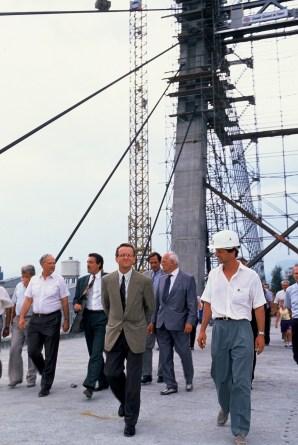 Alain Carignon sur le chantier du Pont d'Oxford qu'il a fait réaliser pour désenclaver la presqu'ile et accueillir le Synchrotron