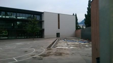 L'école sous dimensionnée de JM Cantèle ou il fallu construire un préfabriqué dans la cour....