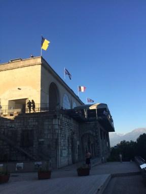 Le drapeau flottait à la Bastille