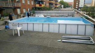 la piscine a été installée sur le ...