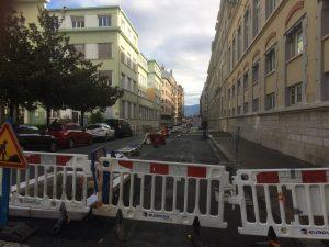 rue Casimir Brenier pendant que Piolle parle les autoroutes à vélo passent et 80 places trépassent
