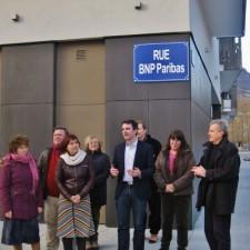 """Eric Piolle avec Elisa Martin (PG) et Raymond Avrillier (Verts/Ades) inaugurant une rue BNPParibas pendant la campagne des municipales pour protester """"contre l'emprise des banques"""""""