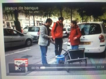 """Eric Piolle venu soutenir Yann Mongaburu (Verts/Ades) laver la vitrine d'une agence bancaire pour """" nettoyer la finance"""" (!)"""