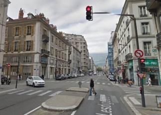 Piolle a aussi fait supprimer ces feux et cet îlot pour les piétons rue Lesdiguières