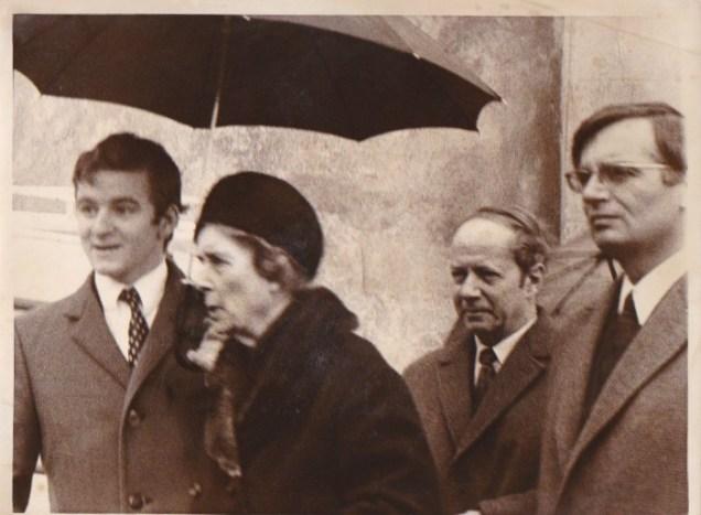 Accompagnant Madame Jacques De Gaulle, épouse du frère de Charles de Gaulle à une messe anniversaire du Général de Gaulle: derrière Georges Avallet journaliste et Joseph Carignon, père d'Alain