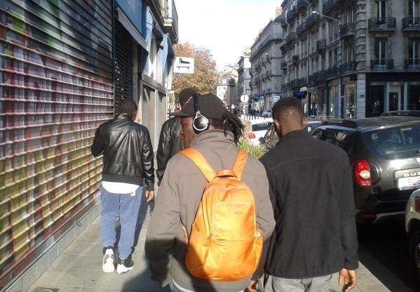 migrants dans les rues de Grenoble : il est évident qu'ils ne sont pas tous des réfugiés de guerre...