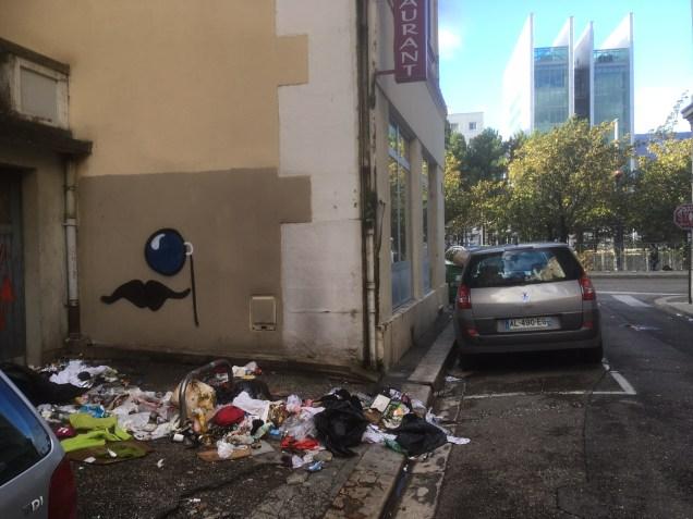 """A quelques mètres de l'affiche de la com' municipale, les ordures au quotidien rue André Réal. Plutôt que cette com' sur """"le diagnostic en marchant """"( !) si la municipalité remplissait ses devoirs?"""