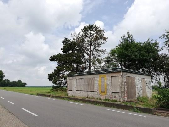 De oude grenspost in vervallen staat in juni 2020