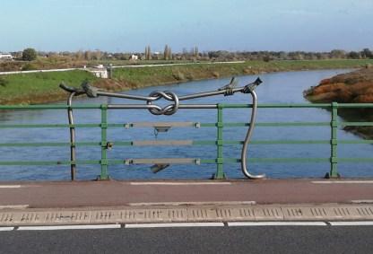 Kunstwerk in de leuning van de Pater Sangersbrug