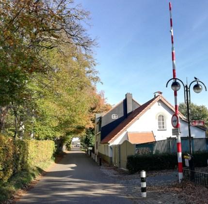 Grensstraat oostelijk van centrum, met slagboom