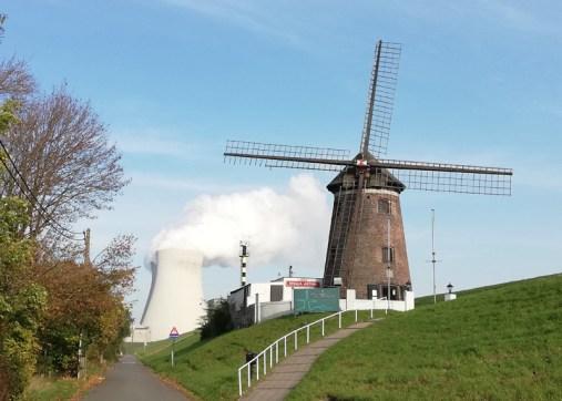 De molen met bistro op de dijk in Doel, met kerncentrale op achtergrond
