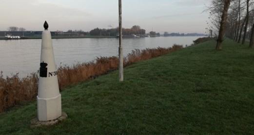 Grenspaal aan het kanaal Gent-Terneuzen