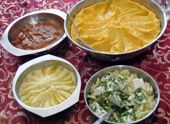 Hummus, Auberginenpüree, Kartoffelpüree mit Knoblauch, Salat mit Feta