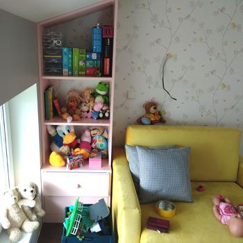 Розовый стеллаж с игрушками