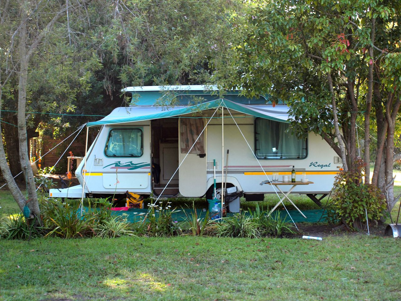 Idealer Campingplatz mit Blumenbeet