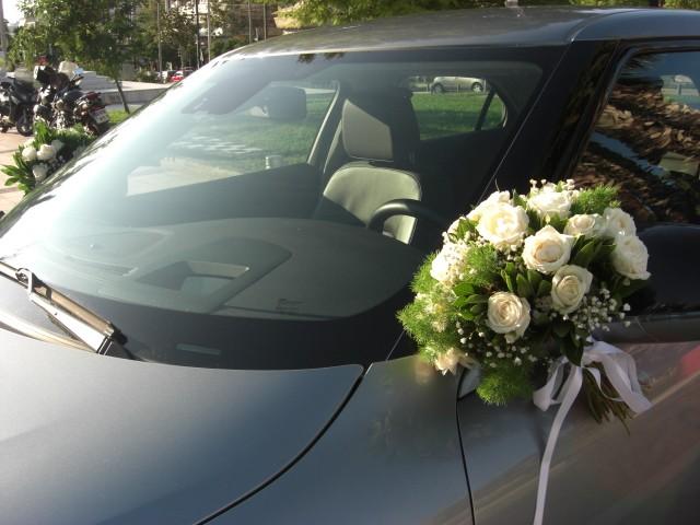 Στολισμός αυτοκινήτου με μπουκέτα στους καθρέπτες απο ιβουάρ τριαντάφυλλα