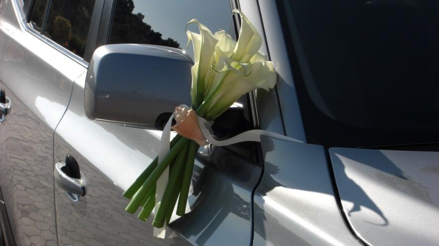 Στολισμός αμαξιού για γάμο με μπουκέτα στους καθρέπτες από λευκές κάλλες και κοχύλι
