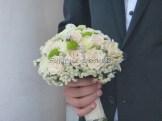 Τριαντάφυλλα,γυψόφυλλο και πράσινο χρυσάνθεμο κουμπί